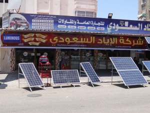 Zonnepanelen worden te koop aangeboden in Jabalya. De panelen zijn van Chinese makelij. Ze kunnen stroom opwekken voor een paar lampen of de tv. Kwalitatief schijnen ze niet erg goed te zijn en zeker geen oplossing voor het tekort aan electriciteit in Gaza.