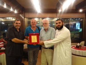 Van links naar rechts burgemeester Issam Joudeh, Lejo Siepe, Jan Keulen en de locoburgemeester van Jabalya.